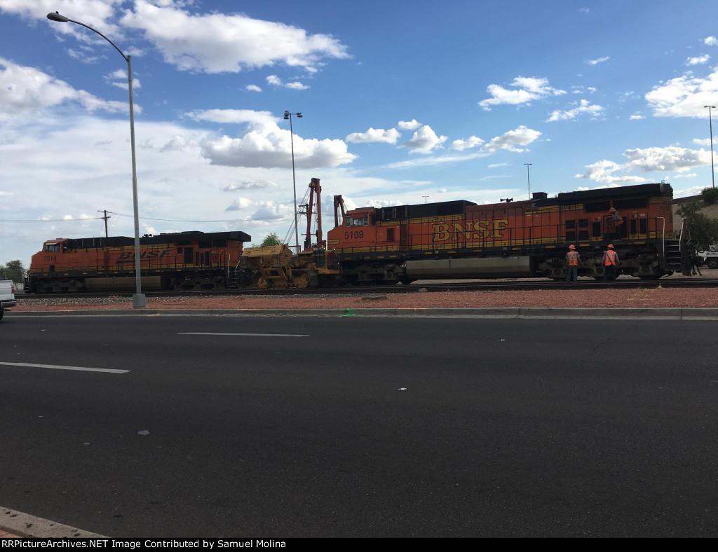 BNSF 5109 C44-9W BNSF 7514 ES44DC